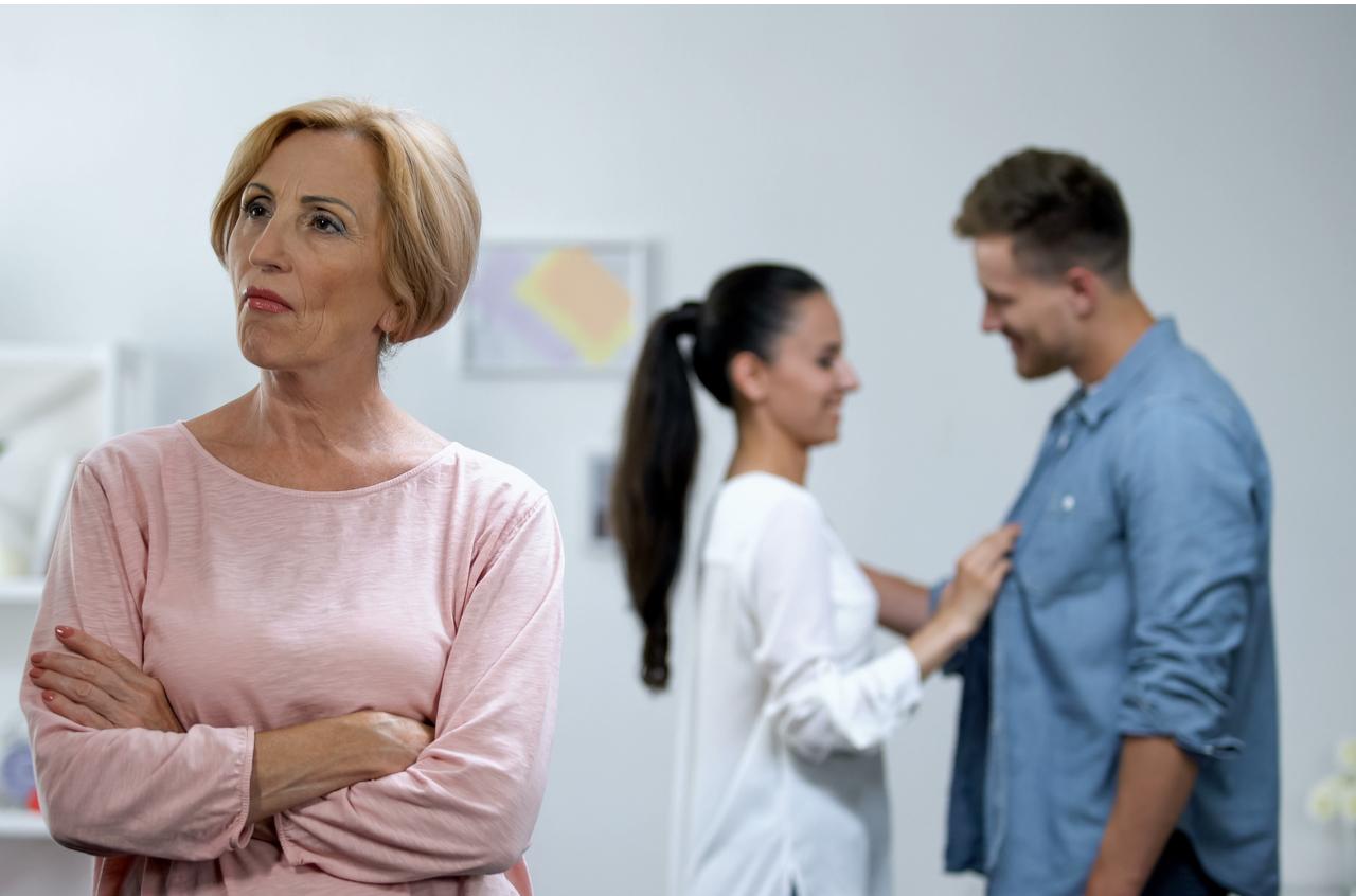 Schwiegermutter u Schwiegertochter mit ihrem Mann im Hintergrund