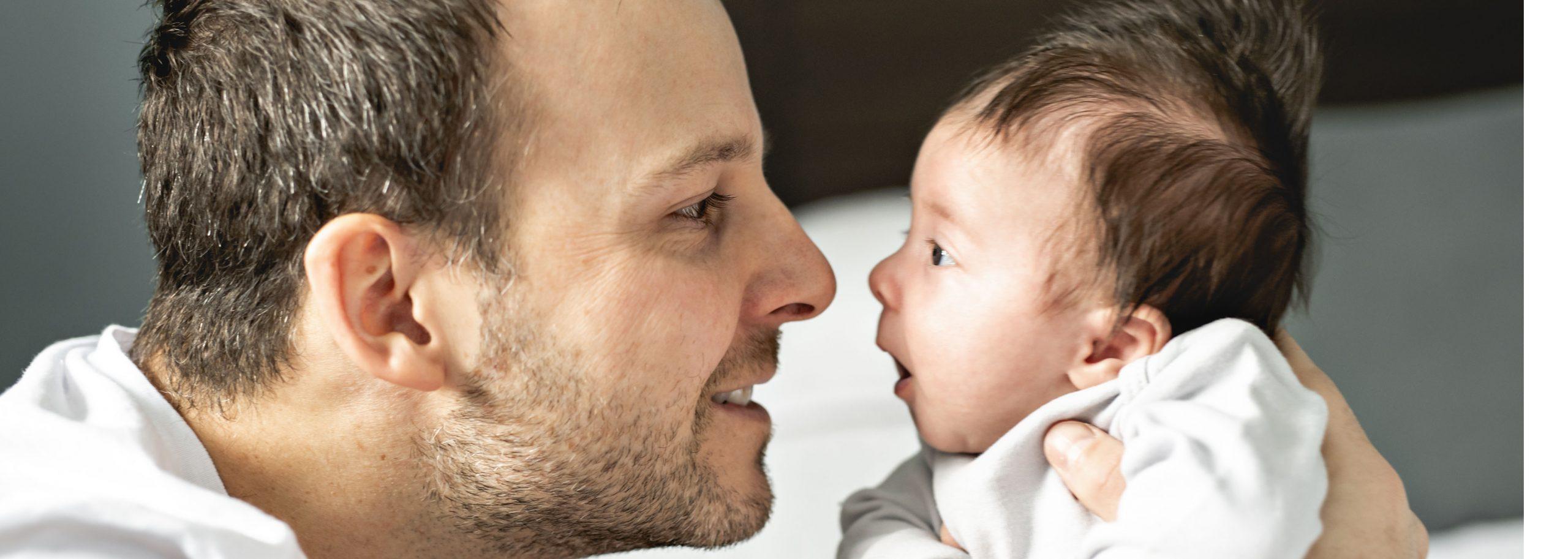 Vater mit seinem neugeborenen Schnurli
